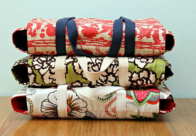 Handmade casserole carrier tutorial.  What a great shower gift idea!