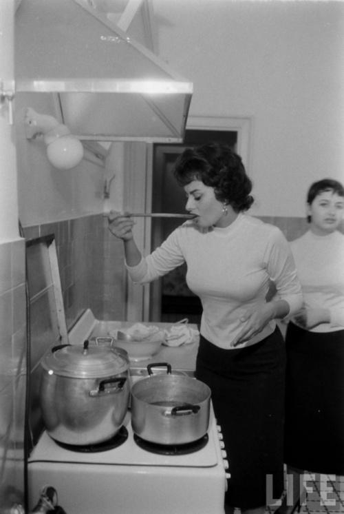 Sophia Loren in the kitchen.