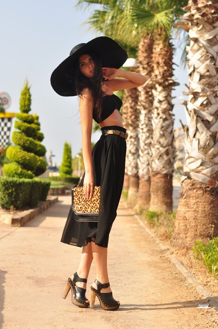 could i look this chic when going to the beach amazing black hat with leopard clutch