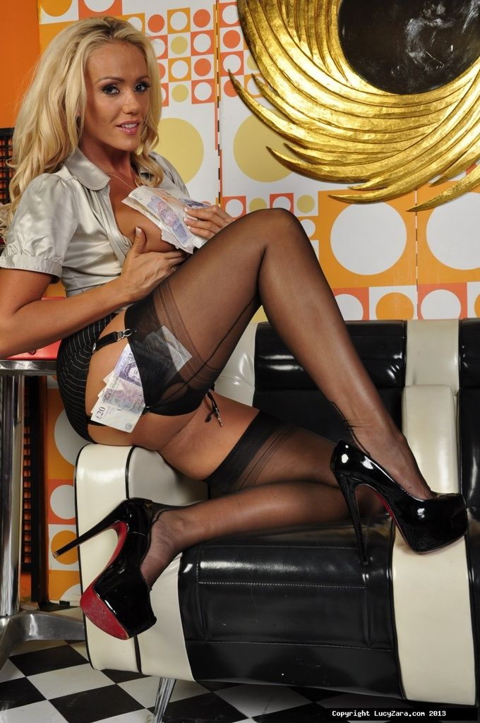 Sexy blonde MILF Lucy Zara fingers her pussy in hot stockings and high heels № 826113 бесплатно