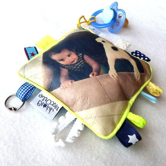 Sur kidsdressing.com : Doudou à personnaliser TU VEUX MA PHOTO Choisissez le filtre de votre photo, le format du doudou, le motif au verso et la couleur du passepoil, Jiji réalise pour vous un modèle unique et personnalisé!