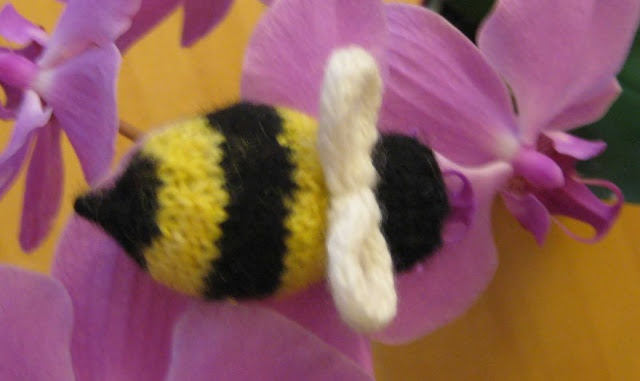 Bumble Bee Knitting Pattern : Bumble Bee free knit pattern. ChemKnits Knitting / Crochet Patterns Pinte...