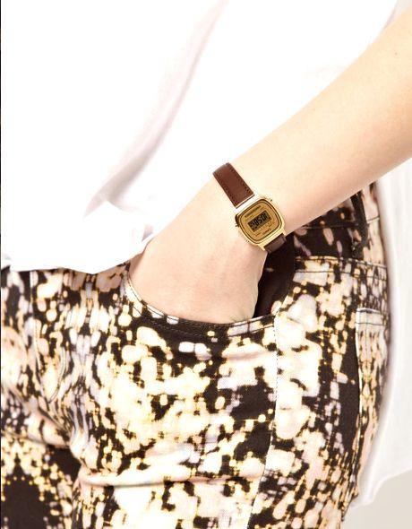 Montre Casio Vintage pour femme avec un beau bracelet en cuir et un cadran doré.