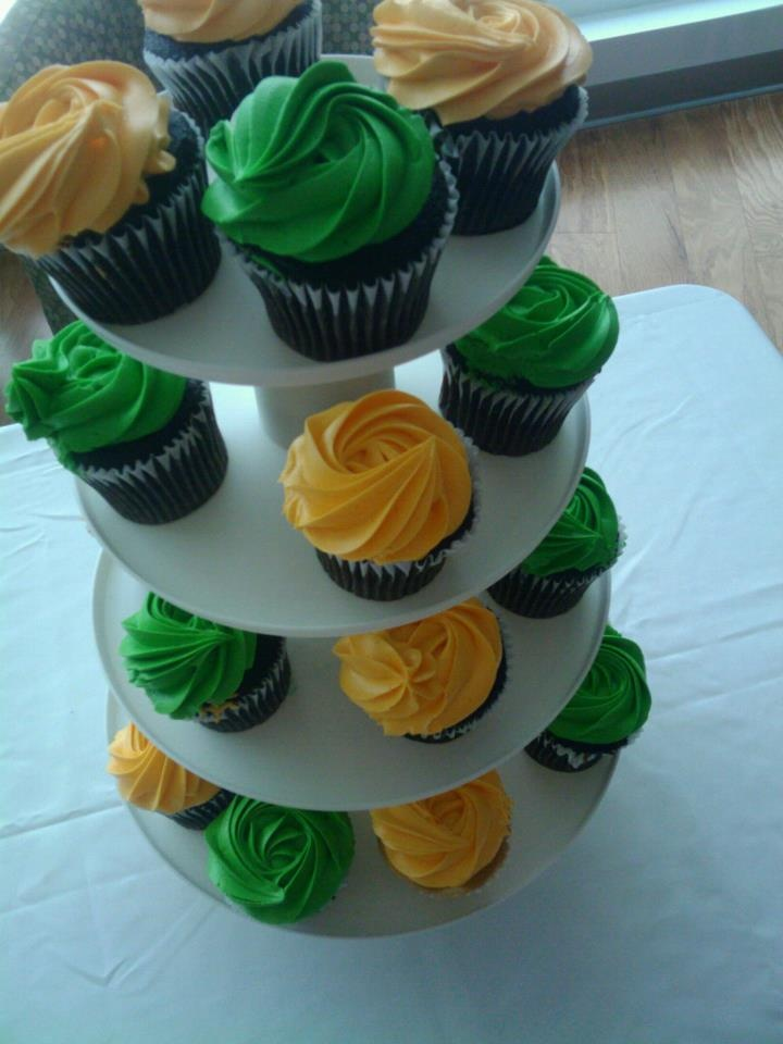 Add green and yellow food coloring to your vanilla frosting to give your cupcakes some #USF flavor.
