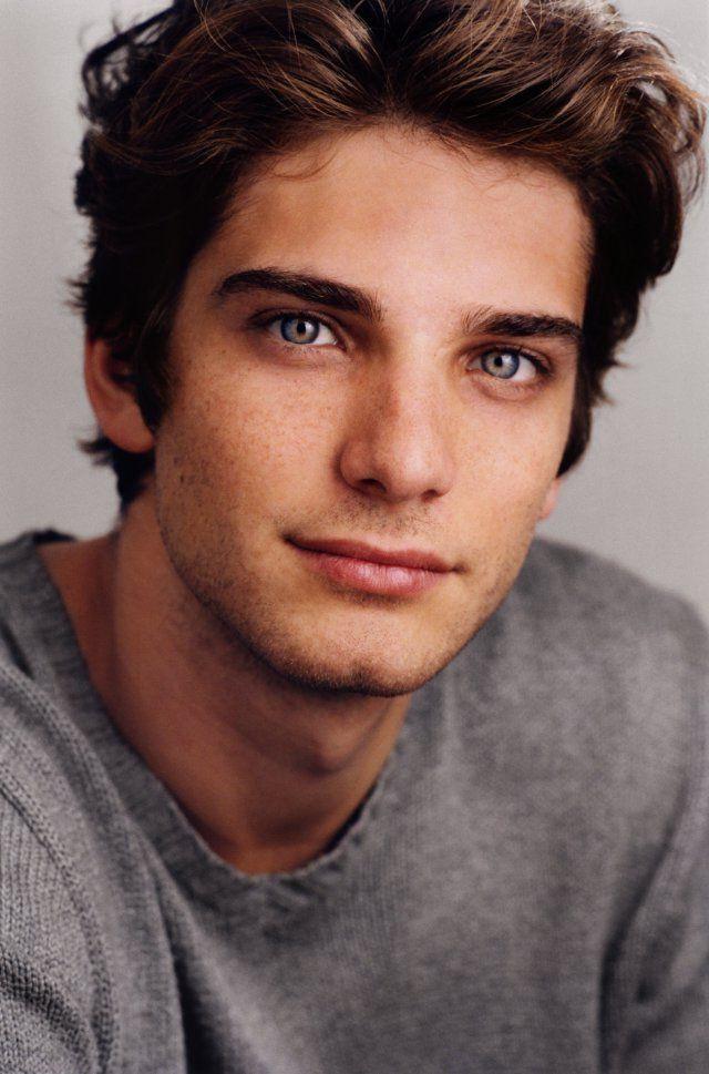 Imagenes De Young Actors Brown Hair Blue Eyes