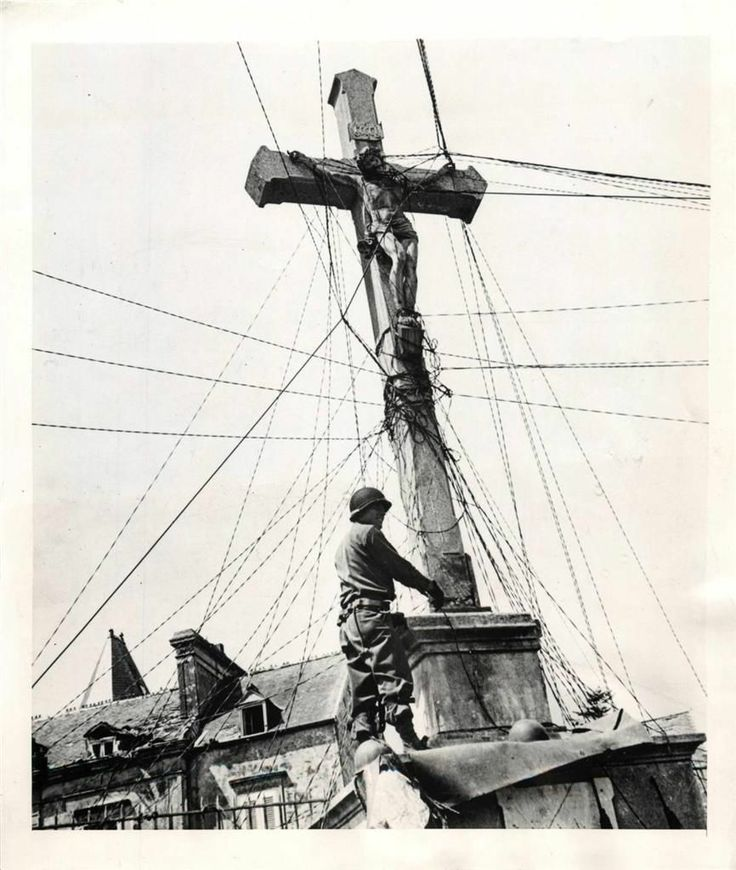 Wwii u s soldier w comm wires atop crucifix in pont l for Monteur de stand
