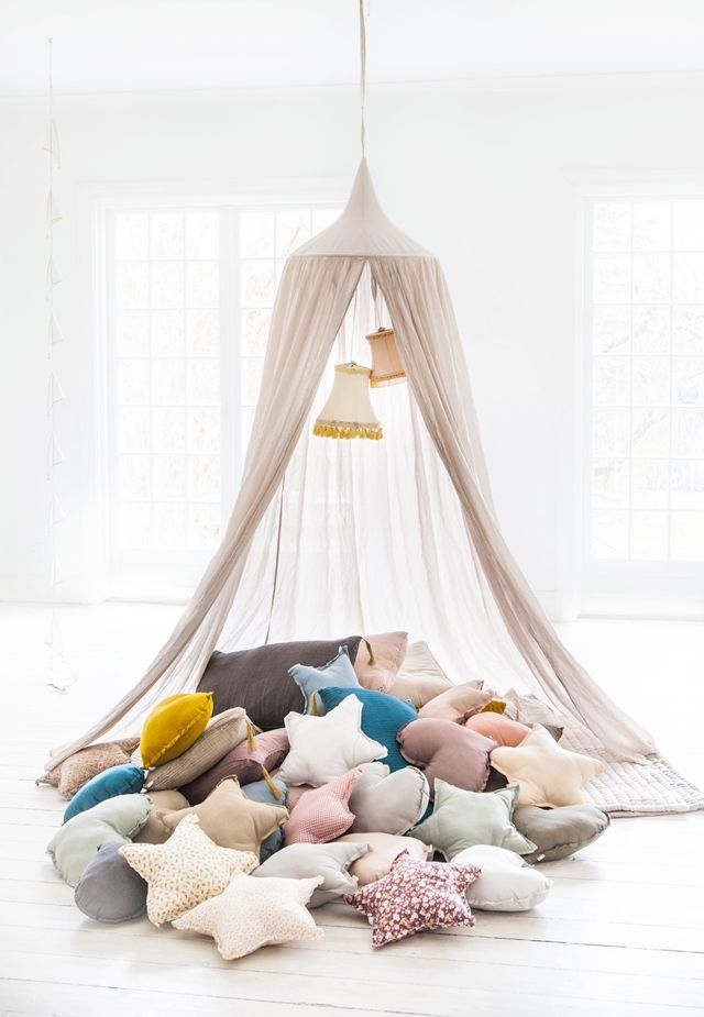 Picnic unter Moquitonetz.....We're loving this heaping pile of star pillows - great reading and cuddling space!