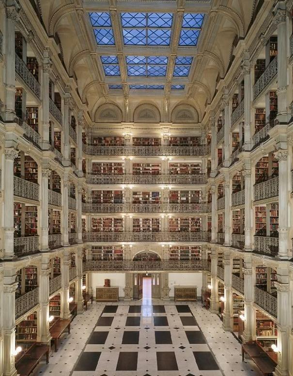 Questa è la George Peabody Library. Siamo a Baltimora, nel Maryland