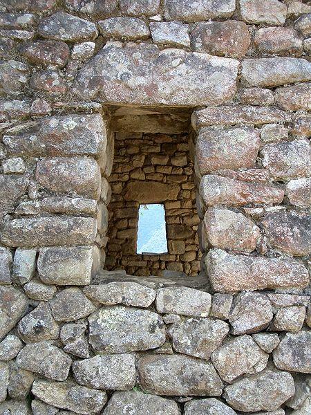 Detalle arquitectónico de una ventana en Machu Pichu. Corresponde al estilo arquitectónico: Cuzqueño, al tipo arquitectónico: Pirka o Rústico y a la Fase incaica: Imperial o de la Expansión.