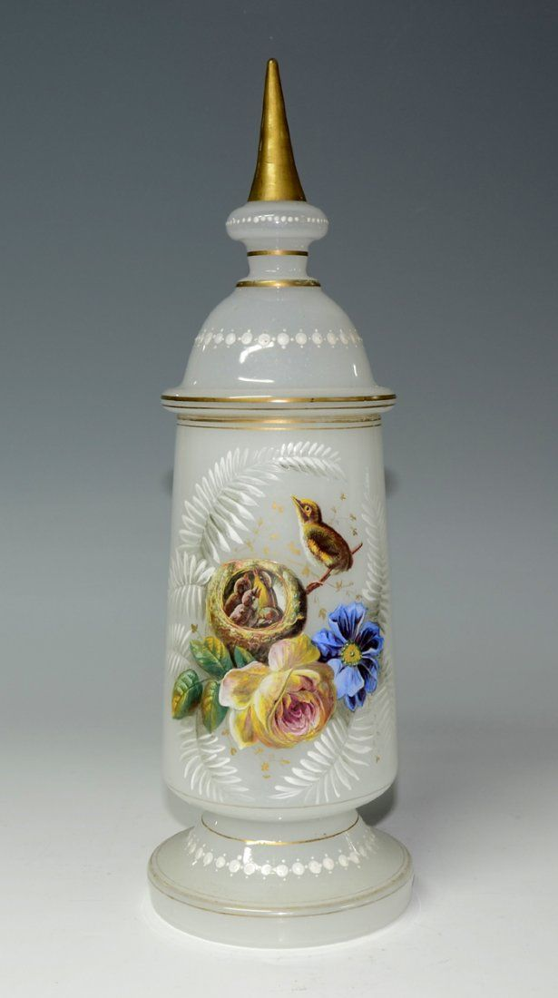 Белый Opaline чешского стекла, покрытого Ваза, широкие у основания, эмалированные с золочеными украшениями - чешские c.1900