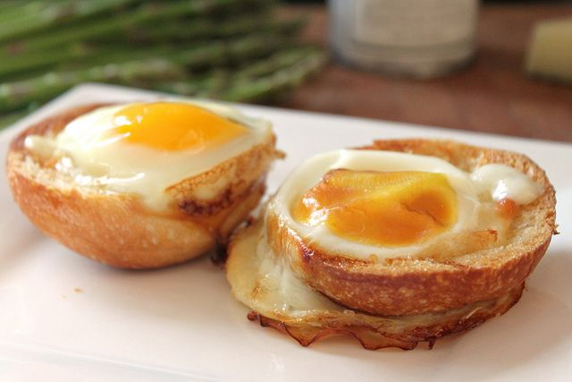 Baked eggs in bread bowls | What's cooking, good looking? | Pinterest