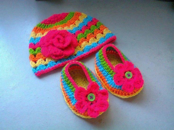 Gorro y zapatitos para beb beb s pinterest - Labores de crochet para bebes ...