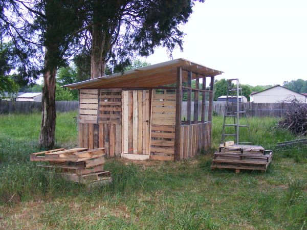 Pallet chicken coop farming chickens pinterest for Pallet chicken coup