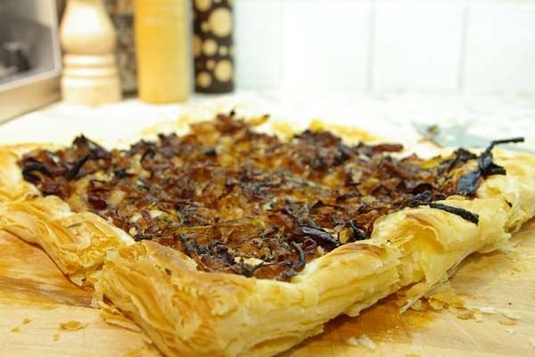 Balsamic onion thyme tart | The Gourmet Housewife | #vegan