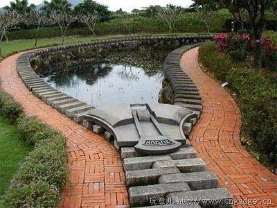 UM lago em concreto e tijolos