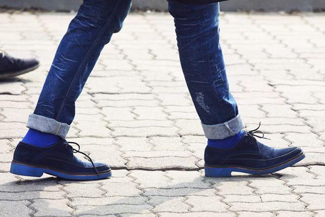 Más calcetines azules combinados con vaqueros. More blue socks combined with jeans.