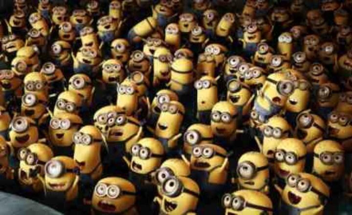 un gruppo di minions che guarda un palco