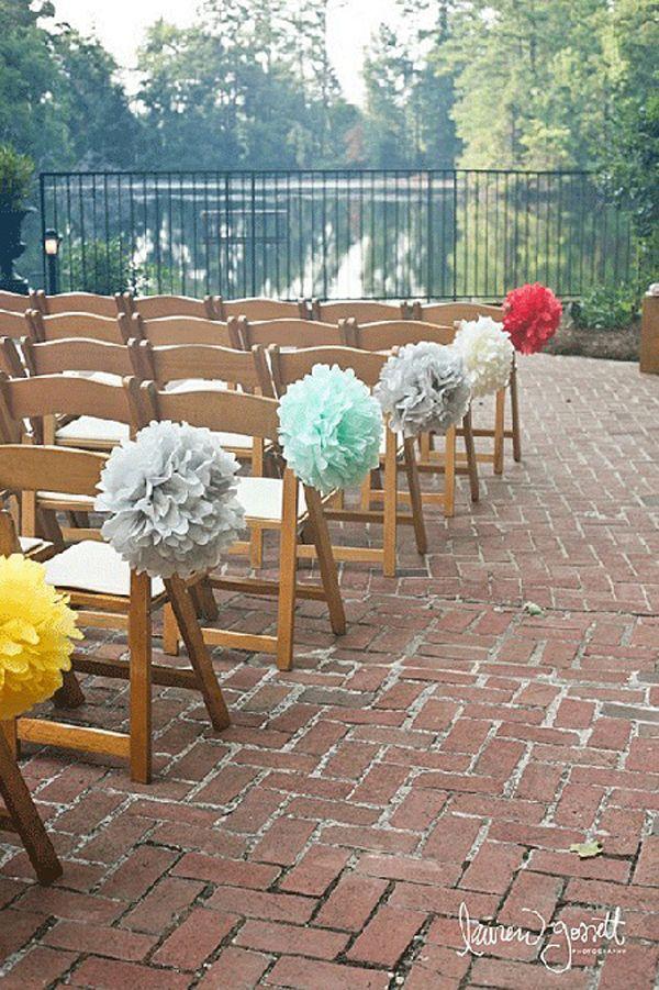 Os presentamos unas bonitas ideas para darle un toque personal a las sillas de una boda. Estas ideas son válidas tanto para las sillas de los novios como para los invitados. ¿Os gustan?