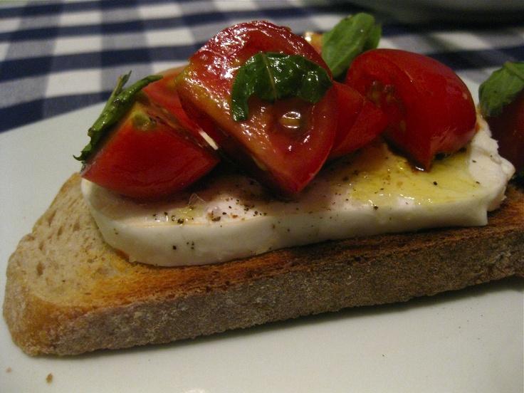 tomato basil crostini killing thyme tomato basil garlic crostini mrs ...