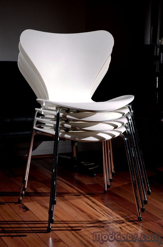 The series 7 chair in lacquered veneer designed by arne for Chaise serie 7 arne jacobsen 1955