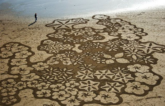 Andreas Amador creates large scale sand paintings in Cali.