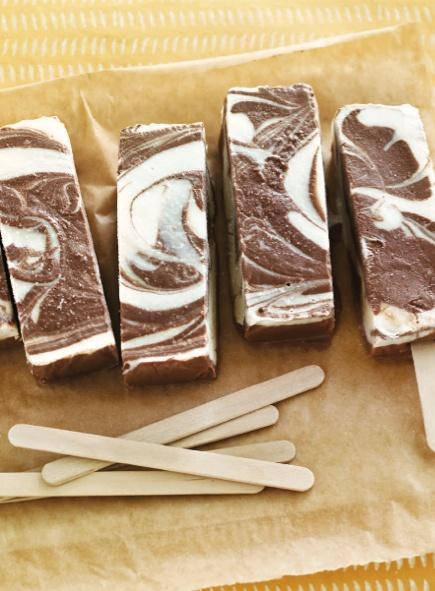 Chocolate-Vanilla Swirl Popsicles || Summer is coming