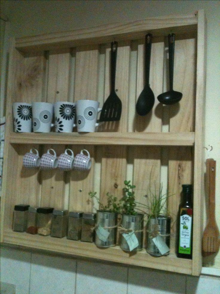 Mueble cocina con pallet y macetas de tarros de jurel con orégano, cibulet y hierba buena