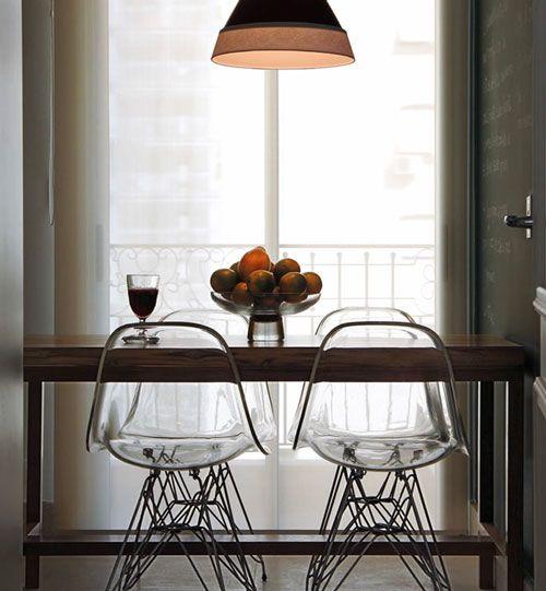 Cadeiras transparentes trazem modernidade a sala de jantar. (foto: Divulgação/Hey!)