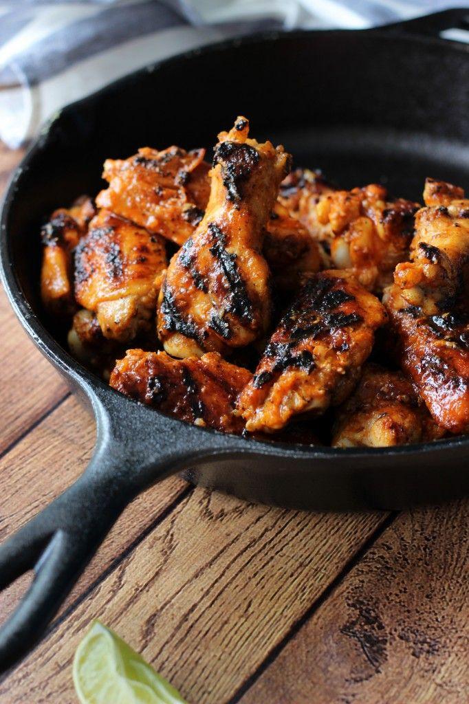 ... Sriracha Hot Wings | http://www.thecookingjar.com/grilled-sriracha-hot