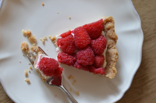 Raspberry tart with goat cheese and walnut crust - devonly.com