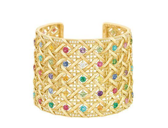 Dior-manchette-My-Dior http://www.vogue.fr/mode/shopping/diaporama/cadeaux-de-noel-multicolore/11110/image/656371#!dior-manchette-my-dior-en-or-jaune-et-pierres-multicolores-prix-sur-demande
