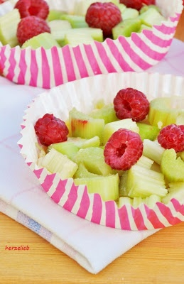 Rhubarb Tartelettes with creamy topping. You´ll love it! Rhabarber ...