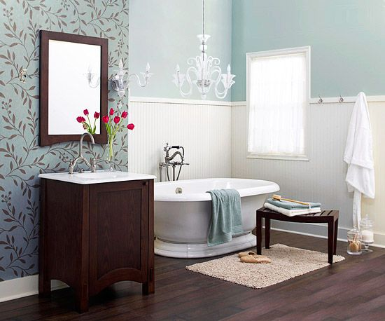 tapeta dekoracyjna położona na fragmencie ściany w łazience