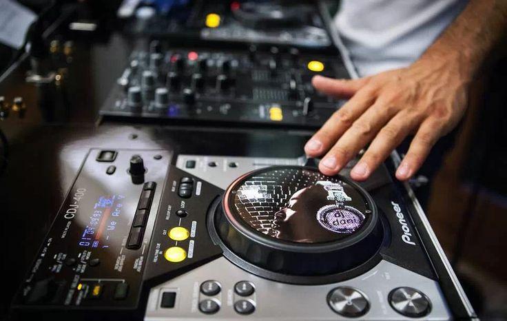 DJ Dani http://blog.bokete.net/2014/02/03/la-mejor-banda-sonora-para-tu-boda/