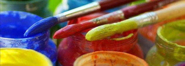 un additif miracle qui transforme la bête gouache (oui oui, les tubes de peinture à l'eau qu'utilisent les enfants) en une peinture qui tient nickel sur le tissu.