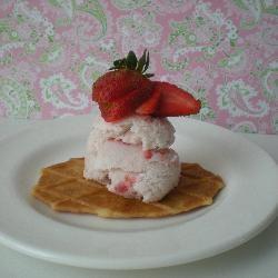 Easy, eggless strawberry ice cream | Recipe