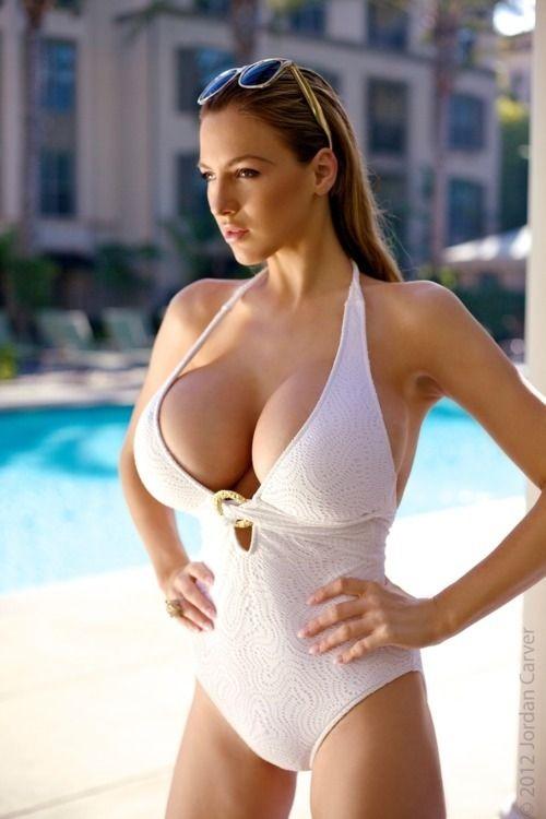 Pornstar babe with huge tits enjoys hardcore fucking by the pool № 1030547 бесплатно