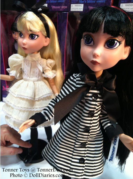 Maudlynne and Victoria from Tonner Toys. foto by @dolldiaries #dollchat