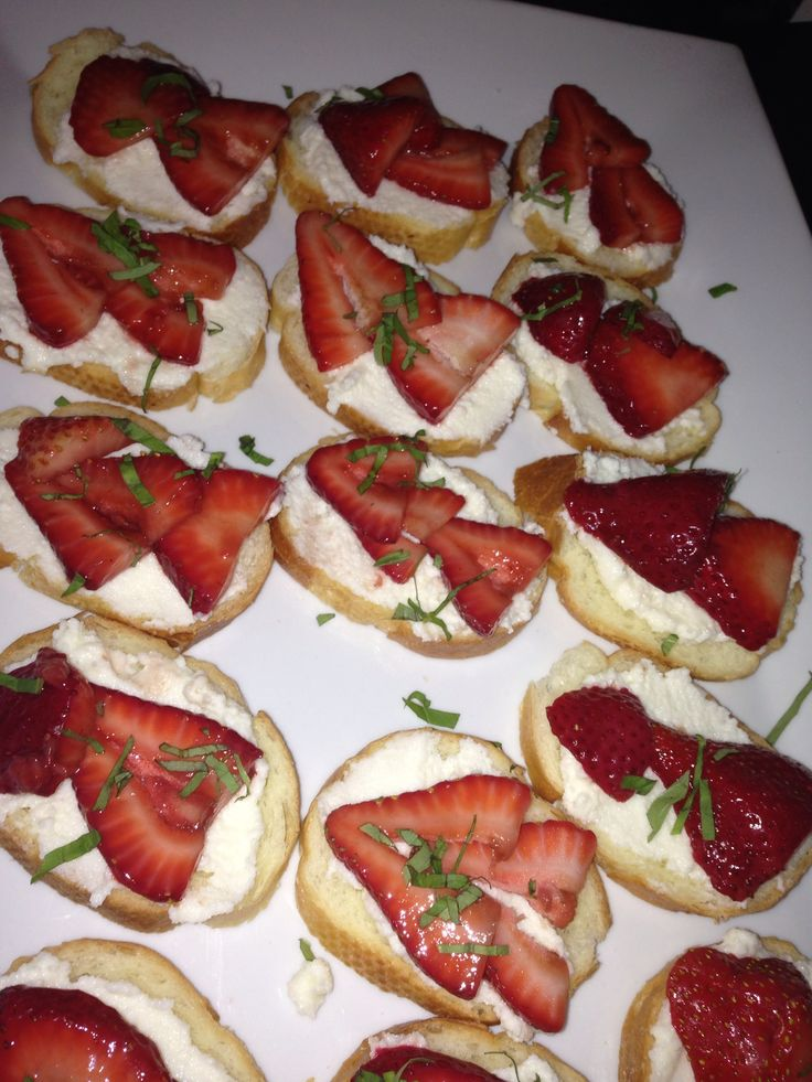 Toasts with sweetened ricotta, balsamic strawberries and basil