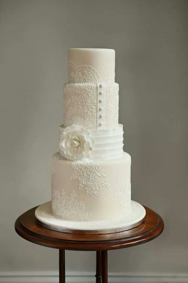 lace around the cake, beautiful!