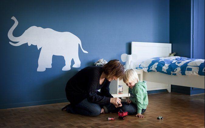 Kinderkamer schilderen, maar dan als sticker? Wit op gekleurde muur.