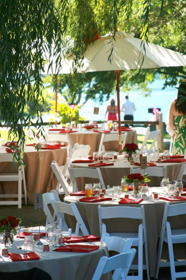 Red White Wedding Table Decorations. Per la tavola basta qualche rosa rossa come centrotavola.