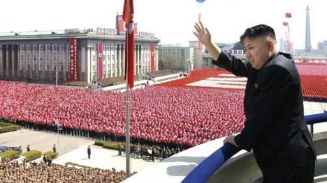 El joven líder de Corea del Norte, Kim Jong-un, saluda en el centenario de su abuelo, Kim Il-sung. Foto: EFE. Más información: http://www.clarin.com/multimedia/