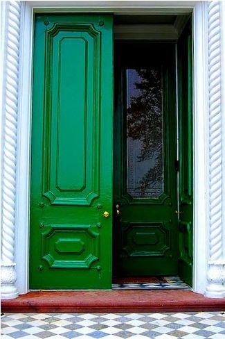 kelly green door. love.
