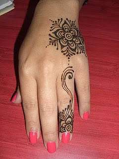 simple henna flower,  Go To www.likegossip.com to get more Gossip News!