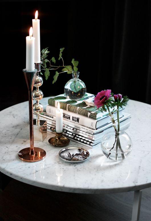 Fint att blanda metaller! Kopparfärgad ljusstake från Asplund, silverljusstake från Svenskt Tenn och en liten klassisk nattljusstake i mässing.