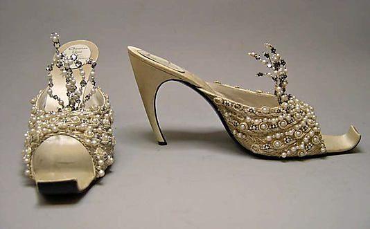 Кристиан Диор Кутюр Вечер Тапочки Обувь с 1960 по дизайнером Роже Вивье.  Изготовлен из кожи, пластика, шелка и расшитое металлических нить жемчуга и стекляруса.  # Christian Dior # # Дом моды Dior.