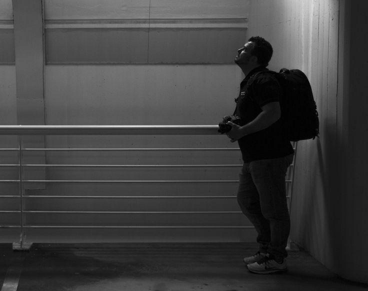 Chema Vela (Fotógrafo de Boda) concentrado en un nuevo encuadre.