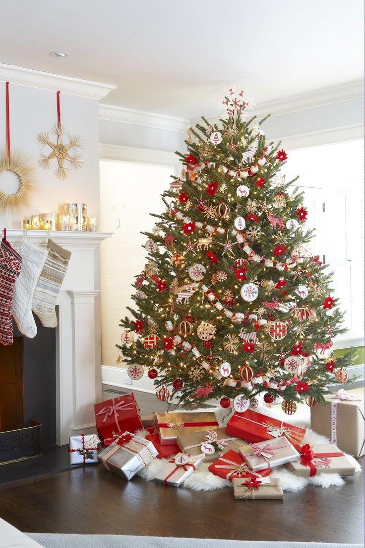 beautiful holiday tree and decor!