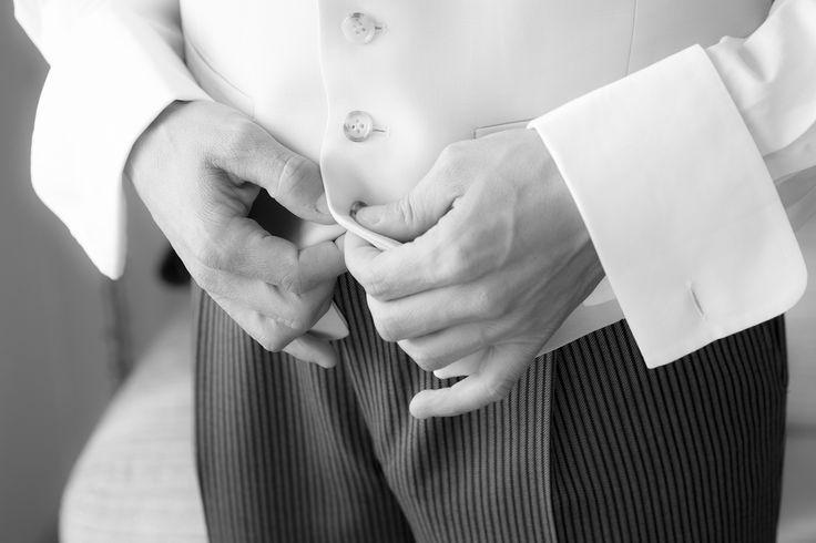 preparativos del novio en una boda